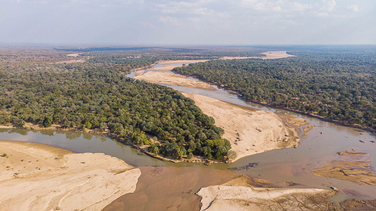 Takwela Camp is built at the Mwaleshi and Luangwa river confluence in the North Luangwa.